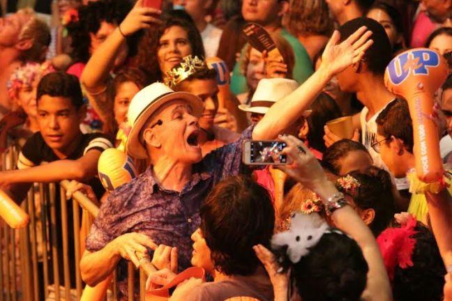 Antônio Nóbrega interagiu com o público no carnaval de Ponta Negra. Foto - Alex Régis - Secon - Natal