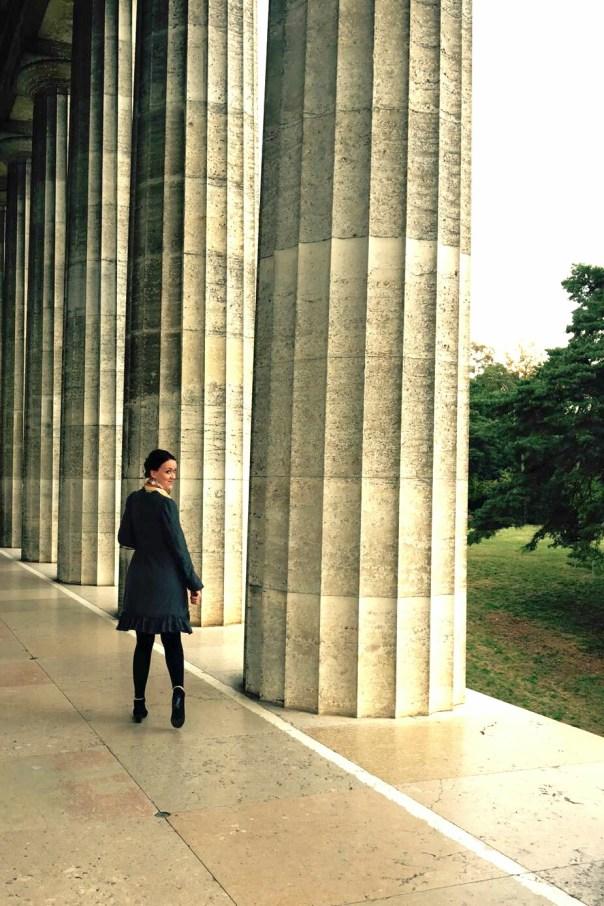 Kleid aus grauem crashed Jersey langärmelig, von Hinten, Spaziergang durch die hohen Säulen der Walhalla