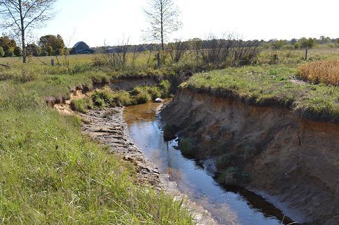 Figure 6. L'érosion des berges résulte du sapement et de l'affouillement des berges des cours d'eau naturels et des canaux de drainage.