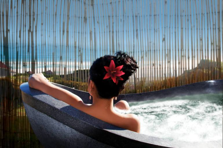 Castaways Resort - Bersantai Day Spa Outdoor Stone Bath