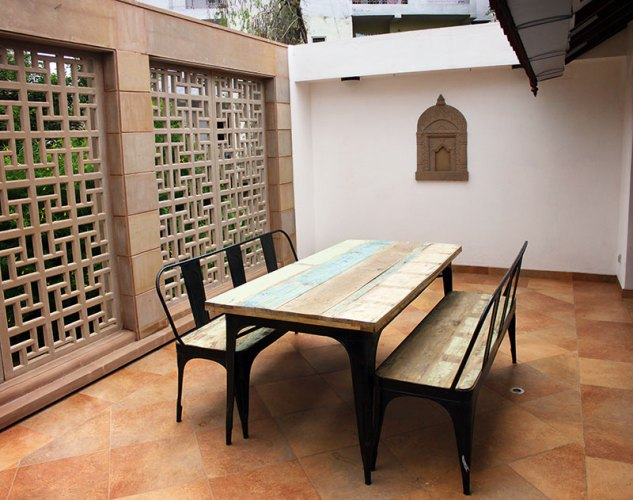 The restoration and extension of a 150-year-old colonial bungalow in Jabalpur