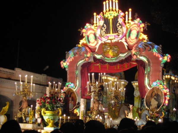 A float at Las Parrandas