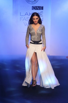 Showstopper Amy Jackson for Karn Malhotra at Lakme Fashion Week Summer/Resort 2016