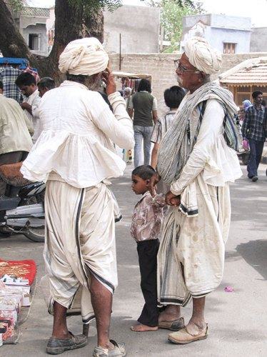 Vagadia Rabaris in Anjar market, Kutch. They are wearing kediyus, with adbhitas on their shoulders and dhotis as bottoms