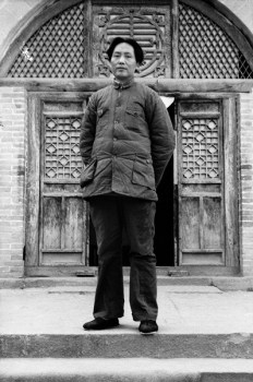Mao Zedong in front of the entrance to the Red Academy Yan'an China, 1938. © Fotostiftung Schweiz Archiv für Zeitgeschichte