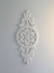Delicate wall mouldings and motifs (La Villa)
