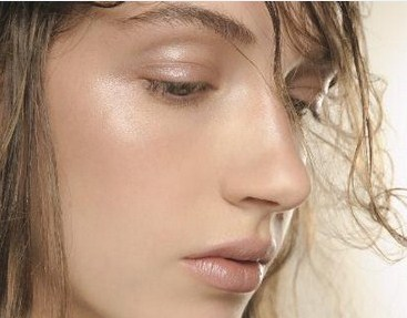 beauty strobing contour highlighter makeup trend glow