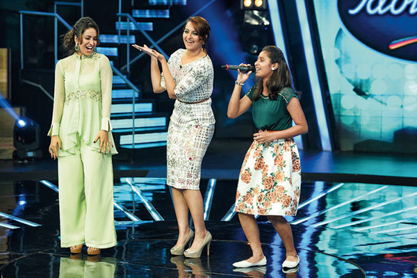Sonakshi Sinha creating a spreadable moment on the sets of Indian Idol Junior