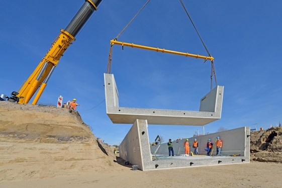 Plaatsen van de onderbouw (foto: Van Boekel Zeeland BV).