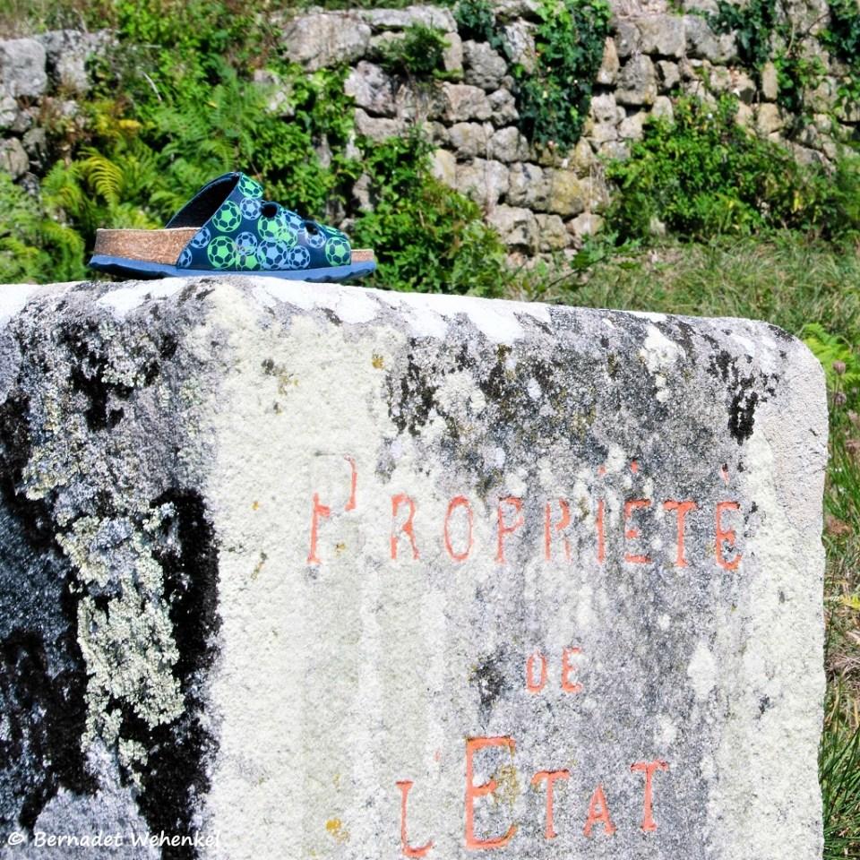 Vorig jaar maakte ik een foto van een verlaten sandaal op een strand in Bretagne. Dit jaar zag ik dit kindersandaaltje op een monumentale steen in Carnac. De combinatie van dit achtergelaten schoeisel en de tekst vond ik wel grappig.