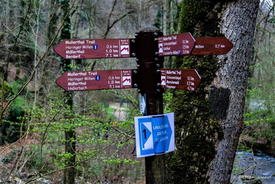 Bewegwijzering op de Mullerthal Trail.