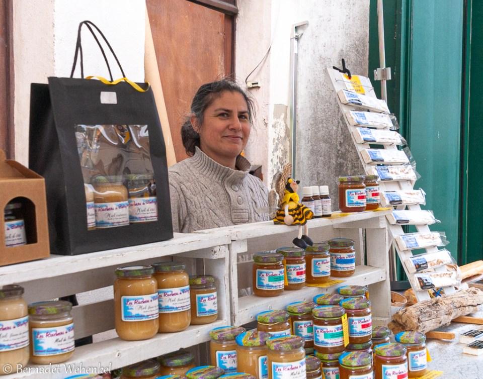 Imker Pascaline Laurent op de markt in Josselin.
