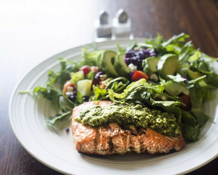 Pesto salmon fillet and salad