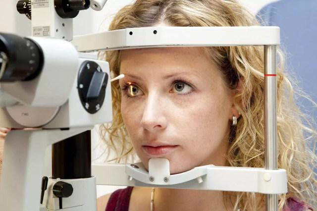 Examen de la retina, la conjuntiva, la córnea, el nervio óptico, los vasos sanguíneos de un paciente con una lámpara de hendidura