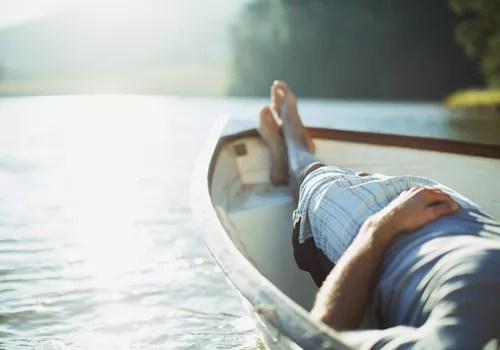 Homme calme sur un bateau