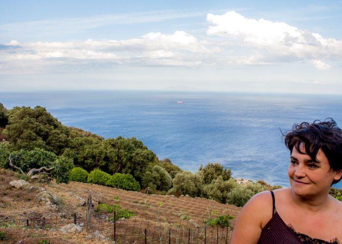 Portrait Joelle Benigni devant vignes