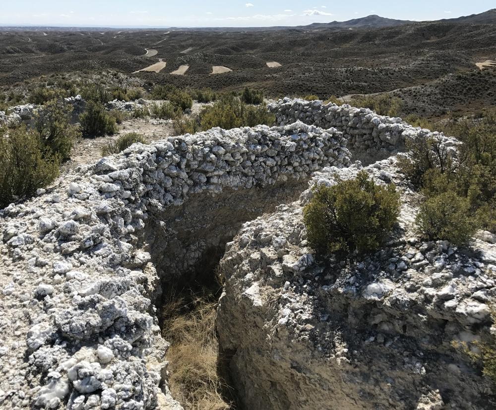 Trinchera hecha con rocas de alabastro
