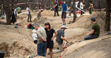 Grupo de arqueólogos, trabajando en la trinchera sita junto a las ruinas de la Casa de Vacas de la Casa de Campo. / Álvaro Minguito