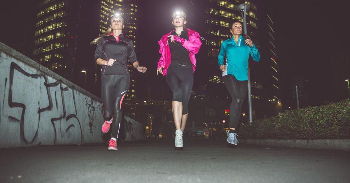 Accessori running luminosi e rifrangenti per correre al buio in sicurezza