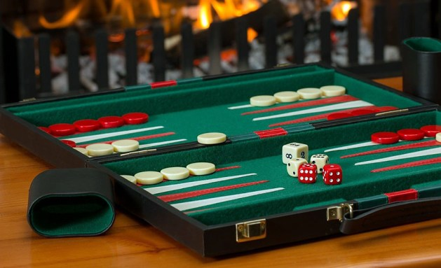 Spelhistoria: Ett avvåra äldsta brädspel är backgammon. Foto: Steve Buissinne. Licens: Pixabay.com