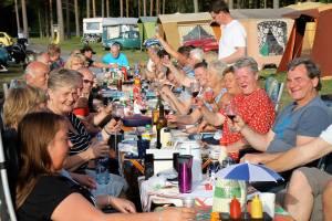 Lisbeth Falling: Med solskinn til langt på kveld, deilig grillmat og mye godt i glasset - kan man ha det bedre? Fra lørdag kveld på Norsk Veteran Camping (NVC) sitt hovedtreff på Tellnessanden Camping. Foto Harald Vikan.