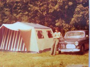 Morten Telle: Fra ca 1974,en kamerat og jeg (på bildet)på ferie,Staver'n, Hadde lånt hustelt av hans foreldre, utrolig mye stenger,som skulle settes sammen,før teltduken på plass. Så ble 2 sovetelt hengt opp innvendig,god plass
