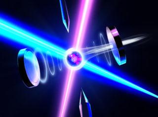 información cuántica de un átomo escribe en un estado de polarización del fotón