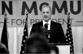Salt Lake City, UT - el 10 agosto: El ex agente de la CIA Evan McMullin anuncia su campaña electoral como candidato independiente el 10 de agosto de 2016 Salt Lake City, Utah.  Partidarios se reunieron en el centro de Salt Lake City para el lanzamiento de su campaña de petición de Utah para recoger las 1000 firmas McMullin necesita para calificar para las elecciones presidenciales.  (Foto por George Frey)
