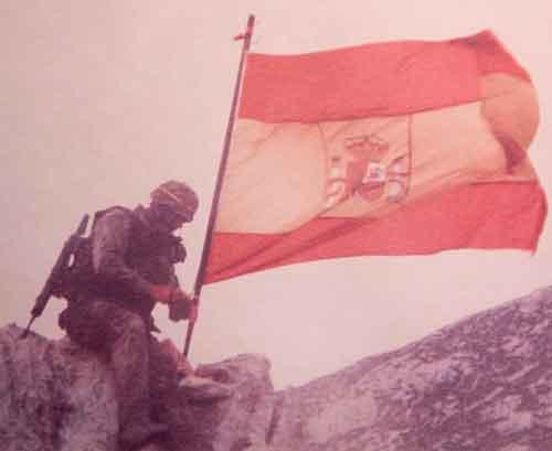 Equipo del GOE III izando la Bandera de España en el Islote de Perejil