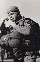 General Coloma Gallegos equipado para un salto paracaidista