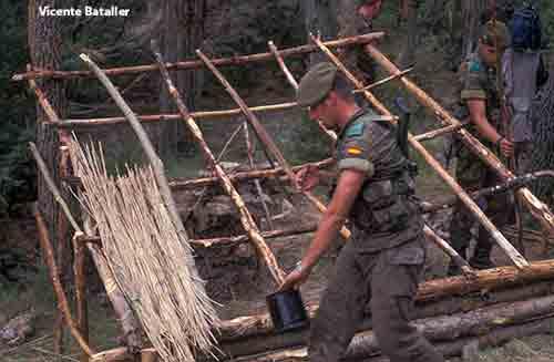 Construcción de minicabaña o choza en supervivencia en la COE