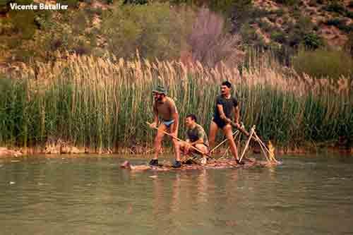 V. Bataller probando una balsa de supervivencia en el rio Segura