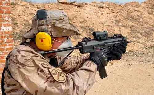 Operador del Ejercito del Aire con subfusil MP7