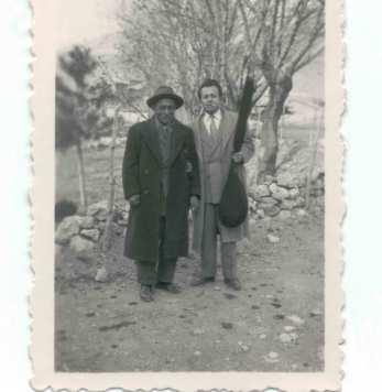 Âşık Veysel, Nedret Gürcan ile Dinarda. Yıl 1956.
