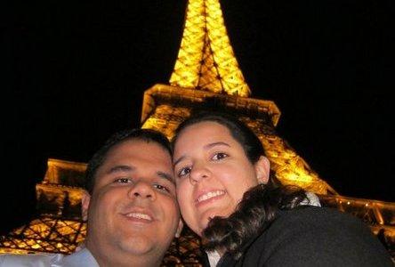 Muito amor aos pés da Torre Eiffel!
