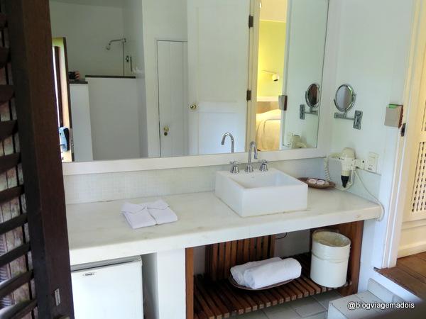 O banheiro, reparem que a porta de entrada é a esquerda e o quarto a direita