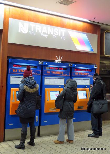 As máquinas para comprar o ticket do ônibus.