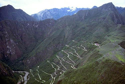 Estrada de Águas Calientes a Machu Picchu. Você pode subir de ônibus ou a pé. Foto: sacredsites.com