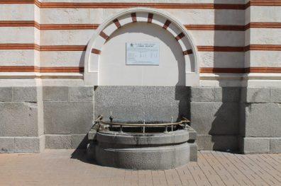 Fonte de água mineral na parte da frente do prédio