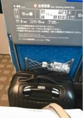 Acomodando a mala no Shinkansen