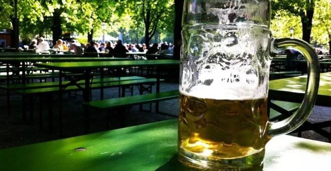 A Monaco bevi una birra nel parco: Englischer Garten