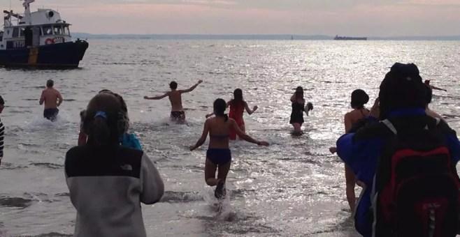 Nell'Oceano a Coney Island il primo giorno dell'anno