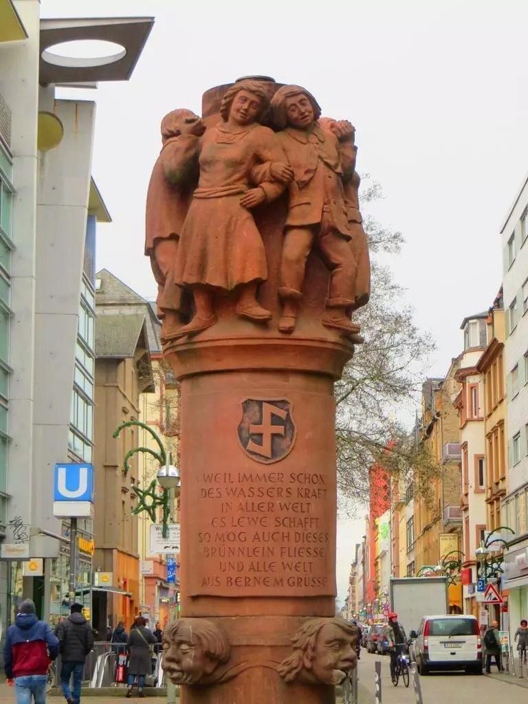Una fontana racconta la storia del quartiere