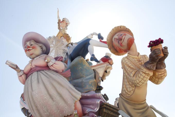 alcuni divertenti personaggi che sfilano per le vie di valencia durante les fallas