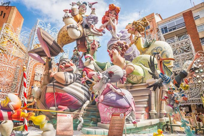 uno dei monumenti de les fallas di valencia, dove i protagonisti sono i ninot