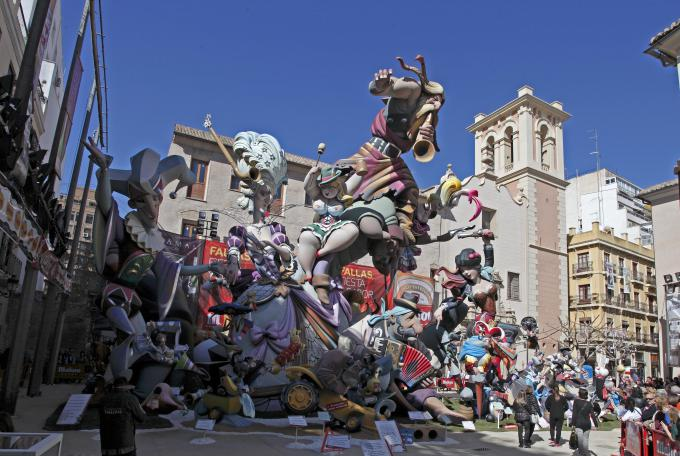 uno dei tanti carri che sfilano per le vie della città di valencia durante les fallas