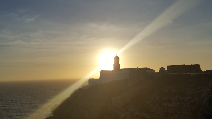 Il faro che domina il mare al cabo sao vicente a sagres al tramonto