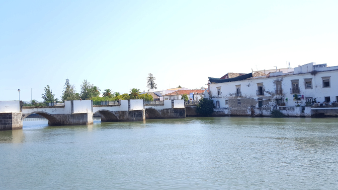 il ponte romano di tavira in algarve nel sud del portogallo