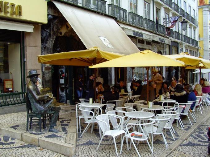 la statua di pessoa vicino alla caffetteria a brasileira nel centro di lisbona
