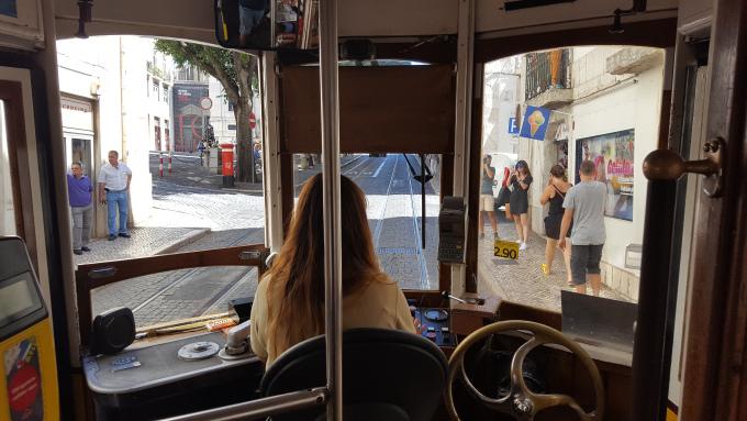 un conducente di tram nel centro di lisbona